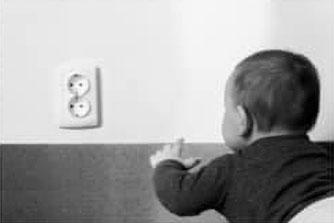 confinement, risques domestiques, enfant, salon prise de courant
